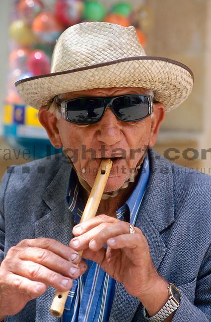Nikosia, alter Mann sielt Floete, Flöte, Nicosia, old man playing flute, Cyprus, Zypern