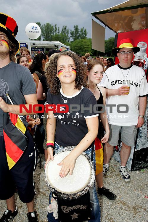 FIFA WM 2006 -  Fan Fest Nuernberg<br /> <br /> Volksfestplatz (ca. 25 000 Zuschauer)<br /> <br /> <br /> <br /> Deutschland - Ecuador<br /> <br /> <br /> <br /> Australisch/Deutscher Fan trommelt am Fan fest in N&cedil;rnberg.<br /> <br /> <br /> <br /> Foto: nordphoto