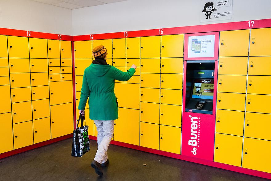 Nederland, Amsterdam, 11 jan 2014<br /> Afhaalpunt voor bestelde pakketjes. Veel mensen bestellen op internet spullen, maar zijn niet thuis als de koerier de bestelling komt brengen. Bij afhaalpunten kan je altijd je spulletjes ophalen.<br /> <br /> Foto: Michiel Wijnbergh