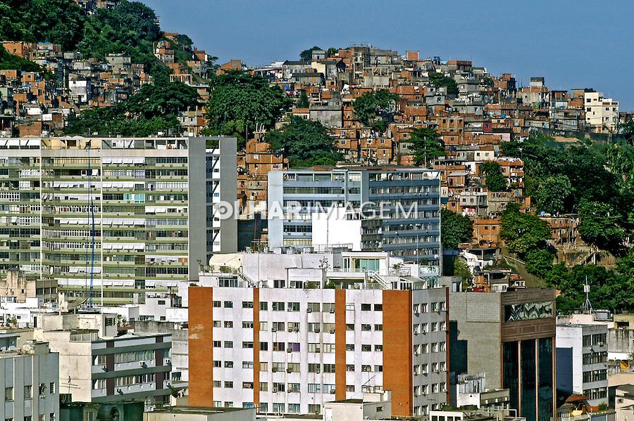 Favela do Cantagalo e predios de Ipanema, Rio de Janeiro. 2006. Foto Luciana Whitaker.