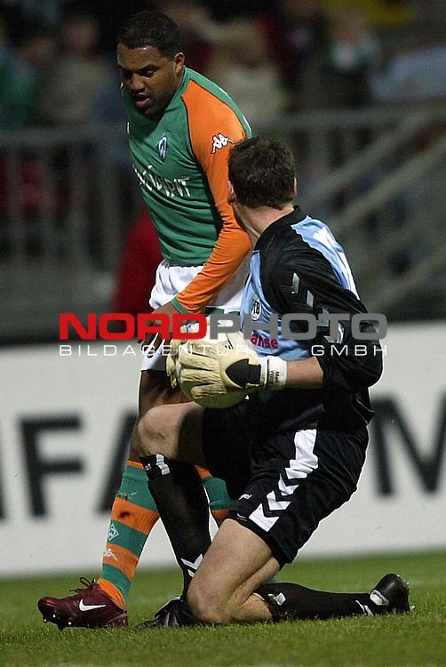 DFB Pokal 2003/2004 - Halbfinale<br /> Werder Bremen vs. VFB Luebeck<br /> Torwart Maik Wilde (rechts) von Luebeck vor Ailton (links) von Werder Bremen am Ball.<br /> Foto &copy; nordphoto - Ruediger Lampe<br /> <br />  *** Local Caption *** Foto ist honorarpflichtig! zzgl. gesetzl. MwSt.<br />  Belegexemplar erforderlich<br /> Adresse: nordphoto<br /> Georg-Reinke-Strasse 1<br /> 49377 Vechta