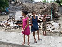 STO110. NAGUA (REPÚBLICA DOMINICANA), 22/09/2017.- Varias niñas permanecen en la calle hoy, viernes 22 de septiembre de 2017, tras el paso del huracán María en la ciudad de Nagua (República Dominicana). Un total de 38 localidades de República Dominicana siguen aisladas a causa del desbordamiento de ríos, arroyos y cañadas que provocó el huracán María, que aunque se alejó del país, sigue provocando lluvias en algunas zonas del noreste y este del país, informaron hoy fuentes oficiales. EFE/Orlando Barría
