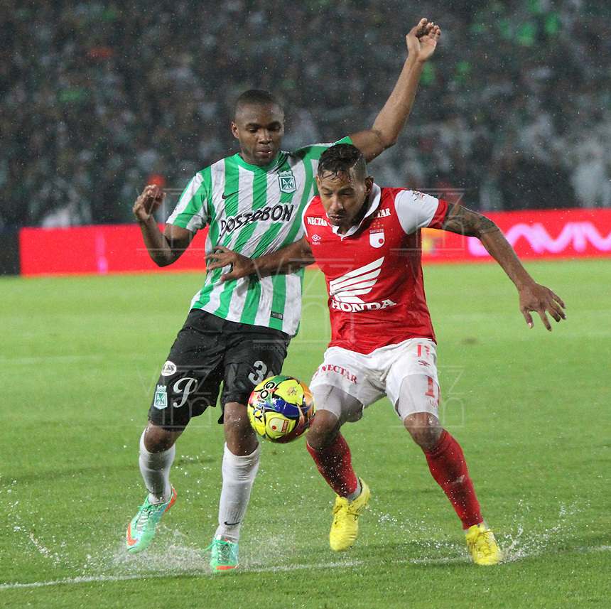 BOGOTA -COLOMBIA. 07-05-2014. Wilder Medina(Der)  de Independiente Santa Fe disputa el balon  contra Miller Mosquera  del  Atlético Nacional  partido de ida por las semifinales  de  La Liga Postobon  jugado en el estadio El Campin . Wilder Mosquera (Der) of Independiente Santa Fe dispute the balloon against  Miller Mosquera of Atletico Nacional for the first leg to the  Liga Postobon I played at El Campin. Photo: VizzorImage / Felipe Caicedo / Staff