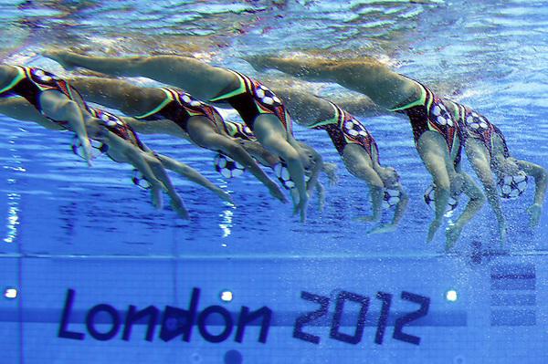 SIN39 LONDRES (REINO UNIDO) 09/08/2012.- El equipo canadiense de natación sincronizada compite en el ejercicio técnico por equipos de la disciplina olímpica de natación sincronizada en el Centro Acuático de Londres, (Reino Unido), hoy, jueves 9 de agosto de 2012. EFE/Barbara Walton