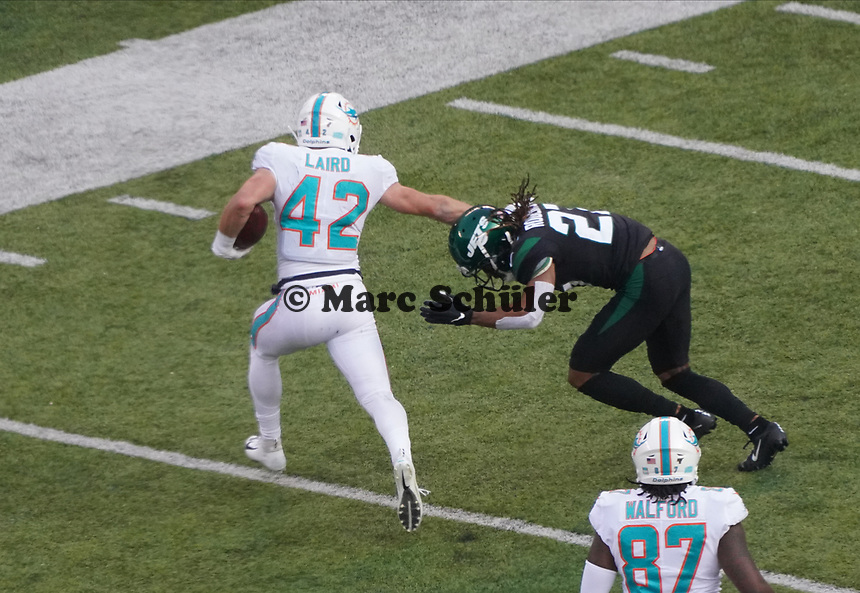 running back Patrick Laird (42) of the Miami Dolphins setzt sich durch - 08.12.2019: New York Jets vs. Miami Dolphins, MetLife Stadium New York