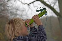 Kinder basteln Guckrohr, fertiges Guckrohr mit Papp-Ameise als Verzierung
