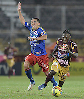 IBAGUÉ -COLOMBIA, 20-06-2013.Yimmy Chará (D) de Deportes Tolima disputa el balón con Juan Camilo Pérez (I) de Deportivo Pasto durante partido de los cuadrangulares finales, fecha 2, de la Liga Postobón 2013-1 jugado en el estadio Manuel Murillo Toro de la ciudad de Ibagué./ Deportes Tolima player Yimmy Chara (D) fights for the ball with Deportivo Pasto player Juan Camilo Perez (L) during match of the final quadrangular 2th date of Postobon  League 2013-1 at Manuel Murillo Toro stadium in Ibagué city. Photo: VizzorImage/STR