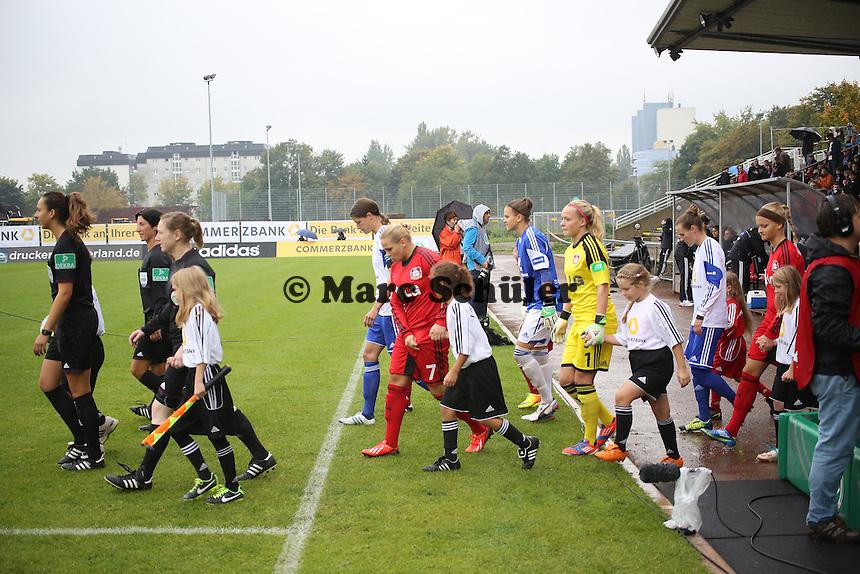 Mannschaften laufen ein - 1. FFC Frankfurt vs. Bayer 04 Leverkusen