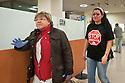 Una activista es atendida por los servicios sanitarios por una crisis de anemia al no recibir alimentos ..