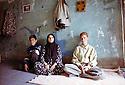 Irak 2000.Une famille de Halabja: la mère de Fakredine avec ses deux jeunes fils.Iraq 2000.Halabja: A widow and her two young sons