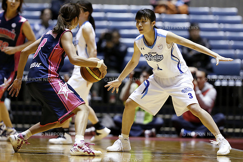 (L to R) Saori Fujiyoshi (CHANSON), Michiko Miyamoto (MITSUBISHI), JANUARY 4, 2014 - Basketball : 89th Emperor's Cup, the 80th Empress Cup All Japan General Basketball Championship match between MITSUBISHI ELECTRIC Koalas 65-62 CHANSON V-MAGIC at 1st Yoyogi Gymnasium, Tokyo, Japan. (Photo by AFLO SPORT)