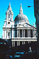 Sir Christopher Wren: St. Paul's from Ludgate Hill. A frontal elevation is not possible. The facade gradually reveals itself as one approaches. Photo '90.