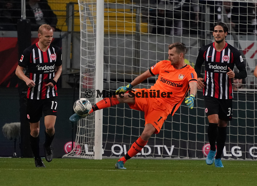 Abschlag Torwart Lukas Hradecky (Bayer Leverkusen) - 18.10.2019: Eintracht Frankfurt vs. Bayer 04 Leverkusen, Commerzbank Arena, <br /> DISCLAIMER: DFL regulations prohibit any use of photographs as image sequences and/or quasi-video.