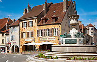 Frankreich, Bourgogne-Franche-Comté, Département Jura, Arbois (Jura): Brunnen auf dem Place de la Liberté im Zentrum der Altstadt, dahinter die Konditorei 'Patisserie Hirsinger' | France, Bourgogne-Franche-Comté, Département Jura, Arbois (Jura): fountain at Place de la Liberté in centre of old town with Patisserie Hirsinger