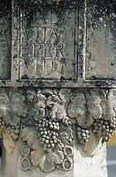 Europe/France/Aquitaine/33/Gironde/Sauternais/Sauternes: Le chateau d'Yquem - Détail borne à l'entrée du vignoble (A la vie pour la vie)