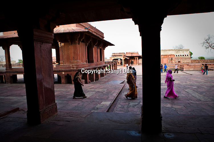 A group of Indian women walk around the Fatehpur Sikri Palace Complex in  Fatehpur Sikri, close to Agra, Uttar Pradesh in India. Photo: Sanjit Das/Panos pour Le Point