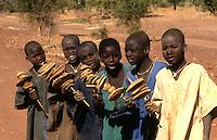 Iniziati dogon cantano  accompagnandosi .con le clessidre rituali