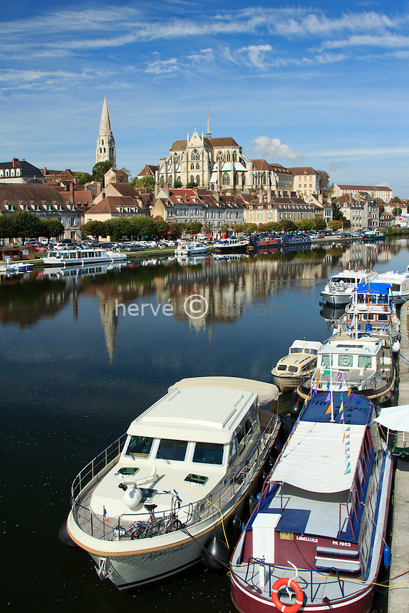 France, Yonne (89), Auxerre, l'Yonne et l'abbaye Saint-Germain // France, Yonne, Auxerre, the Yonne (river), and the abbey St Germain
