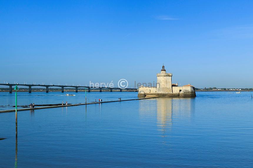 France, Charente-Maritime (17), Bourcefranc-le-Chapus, le fort Louvois et le chemin d'accès submersible, derrière le pont de l'île d'Oléron // France, Charente Maritime, Bourcefranc le Chapus, Fort Louvois or Fort Chapus