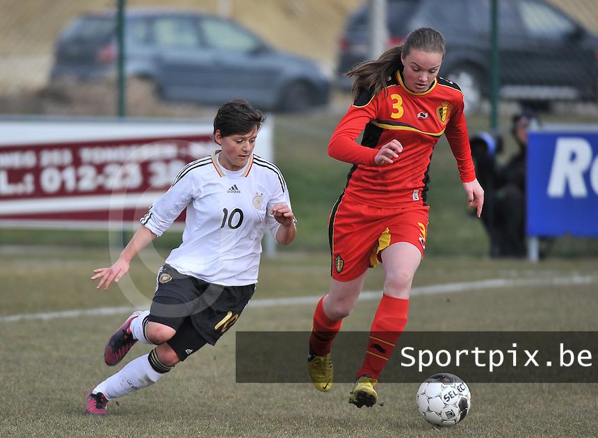 Belgie U17 - Duitsland U17 : . Tine De Caigny aan de bal voor Jasmin Sehan.foto DAVID CATRY / Vrouwenteam.be