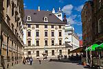 Budynek Uniwersytetu Wrocławskiego, przed Uniwersytetem znajduje się słynna fontanna Szermierza z 1904 roku, dzieło rzeźbiarza Hugona Lederera.
