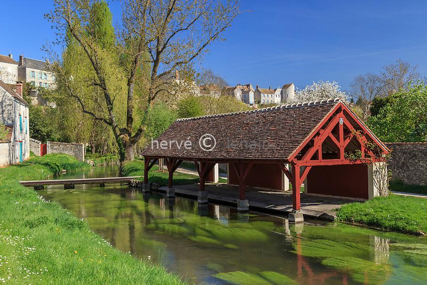France, Seine-et-Marne (77) , Château-Landon, le Fusain et ses lavoirs, plus haut, la ville // France, Seine et Marne, Chateau Landon, lavoirs along the Fusain river