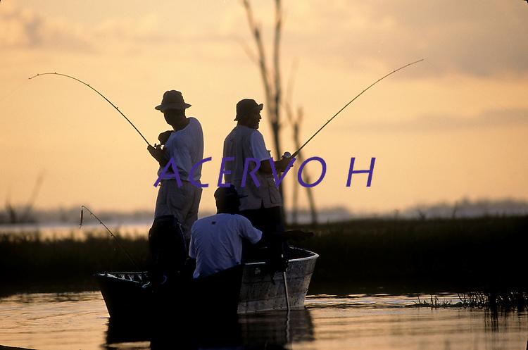 Pescadores tentam fisgada dupla na pesca do tucunarÈ no  lago que se formou com a represa. TucuruÌ - Par· - Brasil©Foto: Paulo Santos/Interfoto 05/06/99