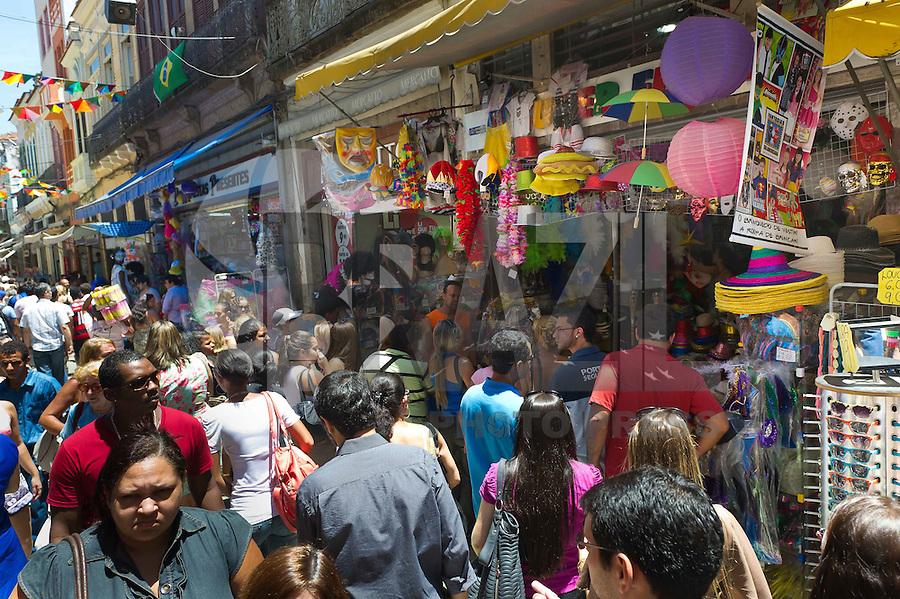 RIO DE JANEIRO, RJ, 15 DE FEVEREIRO DE 2012 - COMERCIO CARNAVAL 2012 - SAARA - No Saara, centro de comercio populares do Rio de Janeiro, a poucos dias do carnaval, intensifica-se a procura por fantasias, alegorias e adereços, nesta quarta-feira. 15. FOTO GLAICON EMRICH - BRAZIL PHOTO PRESS.