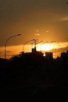 SAO PAULO, SP, 21.09.2013 - CLIMA TEMPO / SAO PAULO -  Anoitecer no bairro da Mooca regiao leste da cidade de Sao Paulo neste sabado, 21. (Foto: Vanessa Carvalho / Brazil Photo Press).