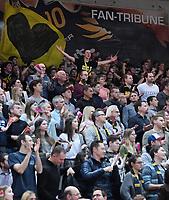 Basketball  1. Bundesliga  2017/2018  Hauptrunde  14. Spieltag  23.12.2017 Walter Tigers Tuebingen - Basketball Laewen Braunschweig Die Tigers Fans in der Paul Horn Arena fiebern beim Spiel mit, der Capo (oben) des Fanclubs macht Stimmung