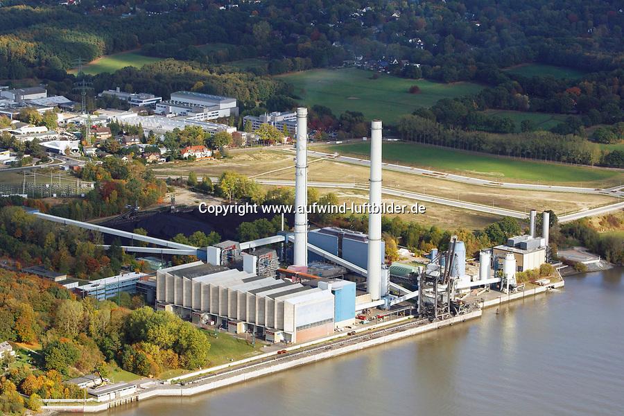 Heizkraftwerk Wedel: DEUTSCHLAND, SCHLESWIG HOLSTEIN, (GERMANY), 19.10.2018: <br /> Heizkraftwerk Wedel, Das Heizkraftwerk Wedel ist ein Heizkraftwerk (HKW) in Wedel, Schleswig-Holstein, das direkt an der Unterelbe und der Landesgrenze zu Hamburg liegt. Das mit Steinkohle befeuerte Kohlekraftwerk verf&uuml;gt &uuml;ber zwei Bl&ouml;cke sowie zwei Gasturbinen f&uuml;r die Spitzenlastversorgung. Charakteristisch f&uuml;r die Anlage sind die beiden jeweils 151 Meter hohen Schornsteine. Der elbseitige Schornstein ist, ebenso wie zwei der ehemals vier Bl&ouml;cke, stillgelegt. Das HKW geh&ouml;rt zum schwedischen Energiekonzern Vattenfall und wird von der zum deutschen Teilkonzern geh&ouml;renden Tochtergesellschaft Vattenfall Europe W&auml;rme betrieben.