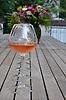 Rosé Wein und leere Weingläser auf einem rustikalen Holztisch