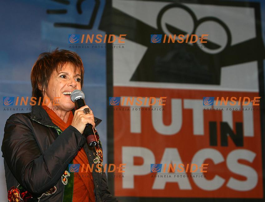 Roma 14/1/2006 Piazza Farnese. Manifestazione a sostegno delle Unioni civili - PACS.<br /> Nella foto Lella Costa<br /> Foto Andrea Staccioli Insidefoto