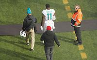 wide receiver DeVante Parker (11) of the Miami Dolphins muss verletzt in die Kabine - 08.12.2019: New York Jets vs. Miami Dolphins, MetLife Stadium New York