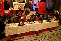 Roma  25 Dicembre 2004.Pranzo di Natale per i poveri offerto dalla Comunita' di Sant'Egidio, nella Chiesa di Santa Maria in Trastevere..Rome December 25, 2004.Christmas lunch for the poor offered by the Community 'of Sant'Egidio, in the Church of Santa Maria in Trastevere
