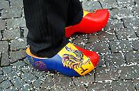 Boerenbruiloft optocht tijdens Carnaval in Venlo. Sinds het begin van de 20ste eeuw wordt in Venlo een Boerebroelof georganiseerd  op Vastenavond, de dinsdag van de carnaval. Er worden dan 2 echtelieden in de onecht verbonden. Jocus is de  carnavalsvereniging van Venlo. Man draagt klompen met  de Jocushaan.