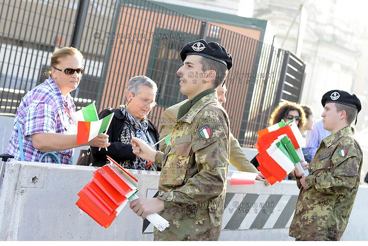 Roma, 2 Giugno 2015<br /> Festa della Repubblica, 69&deg; anniversario.<br /> Giovani militari distribuiscono bandierine