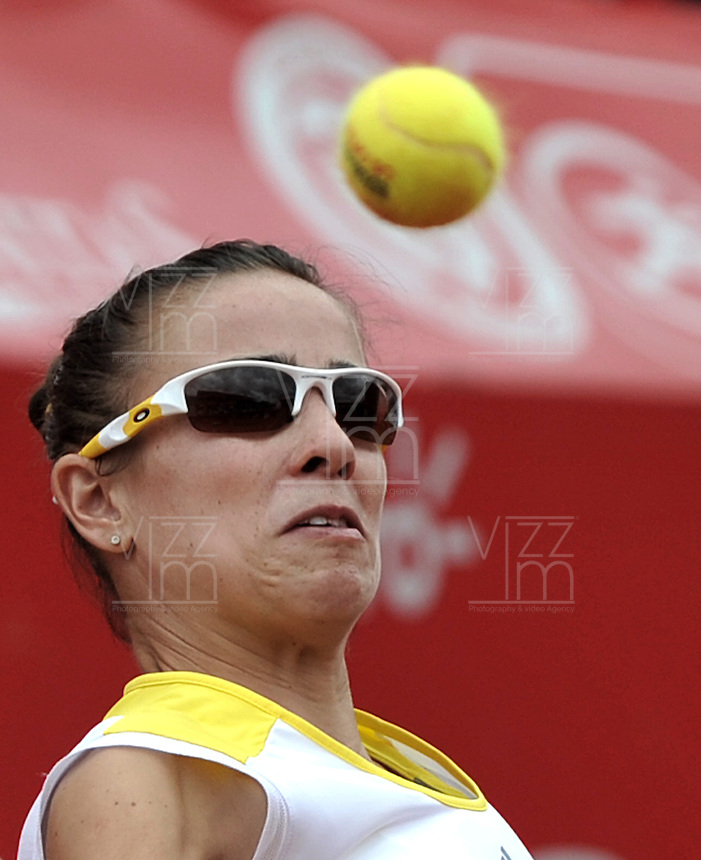BOGOTÁ - COLOMBIA - 24-02-2013: Paola Ormaechea de Argentina, devuelve la bola a Jelena Jonkovic de Serbia, durante partido por la final de la Copa de Tenis WTA Bogotá, febrero 24 de 2013. (Foto: VizzorImage / Luis Ramírez / Staff). Paola Ormaechea from Argentina returns the ball to Jelena Jonkovic from Serbia, during the final match for the WTA Bogota Tennis Cup, on February 24, 2013, in Bogota, Colombia. (Photo: VizzorImage / Luis Ramirez / Staff)......................................