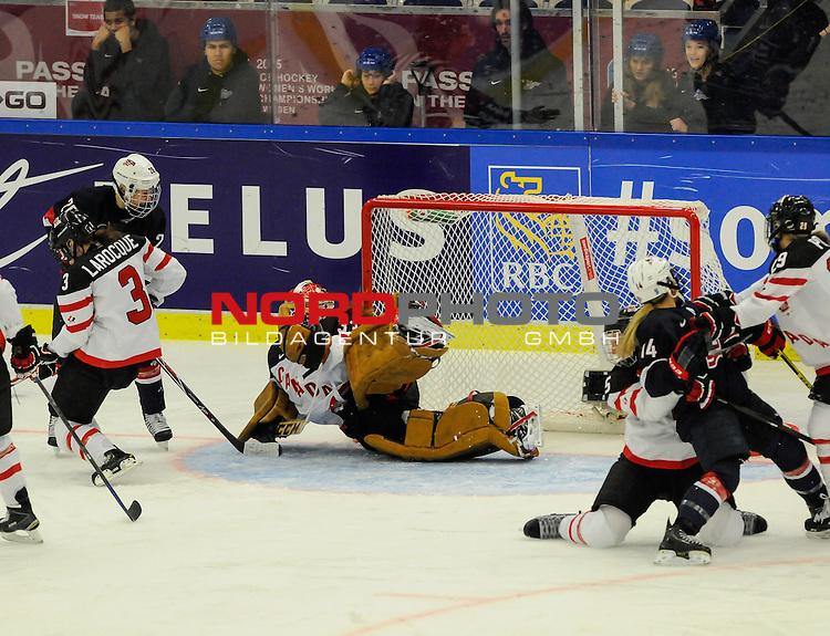 04.04.2015, Malm&ouml; Ishall, Malm&ouml; , SWE, IIHF Eishockey Frauen WM 2015, USA vs Canada (CAN), im Bild, Finale, Ann-Renee DESBIENS (#33, CAN) mit Hechtsprung, kann den Treffer zum 2:0 nicht verhindern<br /> <br /> ***** Attention nur f&uuml;r redaktionelle Berichterstattung *****<br /> <br /> Foto &copy; nordphoto / Hafner