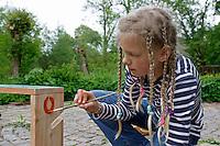 Kinder basteln sich einen Apfeltrockner, Mädchen malt seinen fertigen Apfeltrockner bunt an, Apfel, Äpfel, Äpfel trocknen, Trockenobst, Apfelringe, apple, apples