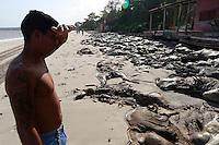 PA -BARCARENA/PRAIA GADOS MORTOS -CIDADE-Praia de Vila do Conde, em Barcarena (PA), e afetada pelos danos do naufragio da ultima terça-feira. Parte do gado que afundou com o navio foi levado pela correnteza e segue na margem da praia, as manchas de oleo tambem sao visiveis, o cheiro forte de carne podre se espalhou pela comunidade e a populacao esta andando com mascaras. Parte do gado ja foi retirado de praia, que esta interditada. Os moradores querem mais informacoes sobre o processo de limpeza da area e fazem protesto em frente o porto de Vila do Conde.<br /> Foto Tarso Sarraf <br /> FOTO EMBARGADA PARA VICULOS DO ESTADO DO PARA.