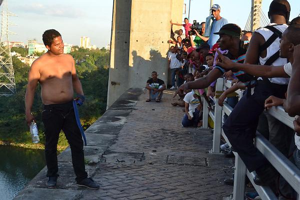 Joven solo conocido como Joswell, quien durante mas de una hora amenazó con lanzarse del puente Juan Bosch..Foto: Ariel Díaz-Alejo/acento.com.do.Fecha: 03/01/2012.