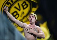 FUSSBALL   DFB POKAL 2. RUNDE   SAISON 2013/2014 TSV 1860 Muenchen - Borussia Dortmund         24.09.2013 Ein Borussia Dortmund Ultra Fan auf dem Zaun der der Allianz Arena in Muenchen.