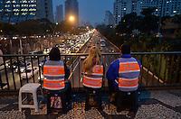 SAO PAULO, SP, 11 DE JUNHO DE 2013 - TRANSITO SP: Equipe de pesquisa da CET realiza medição do tráfego na Av. 23 de Maio sentido bairro, próximo ao Parque do Ibirapuera, zona sul de São Paulo na tarde desta terça feira (11). FOTO: LEVI BIANCO - BRAZIL PHOTO PRESS.