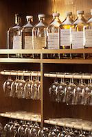 Europe/Grande-Bretagne/Ecosse/Moray/Speyside/Keith : Distillerie Strathisia Whisky Chivas - Détail du laboratoire d'assemblage des Blend du maître assembleur de Chivas - Master Blender - Colin Scott
