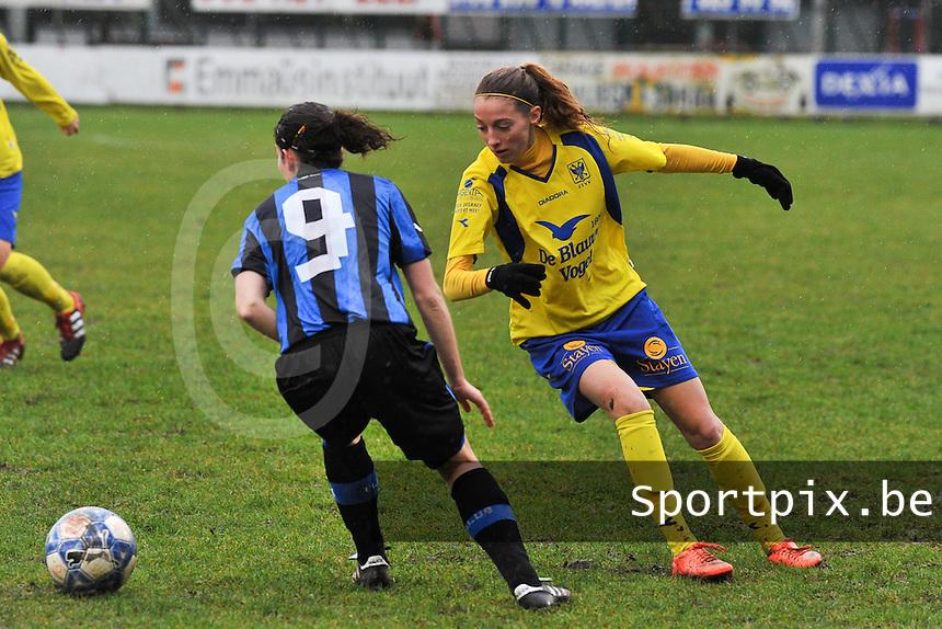 Club Brugge - STVV : Charlotte Cranshoff in duel .foto Joke Vuylsteke / Vrouwenteam.be