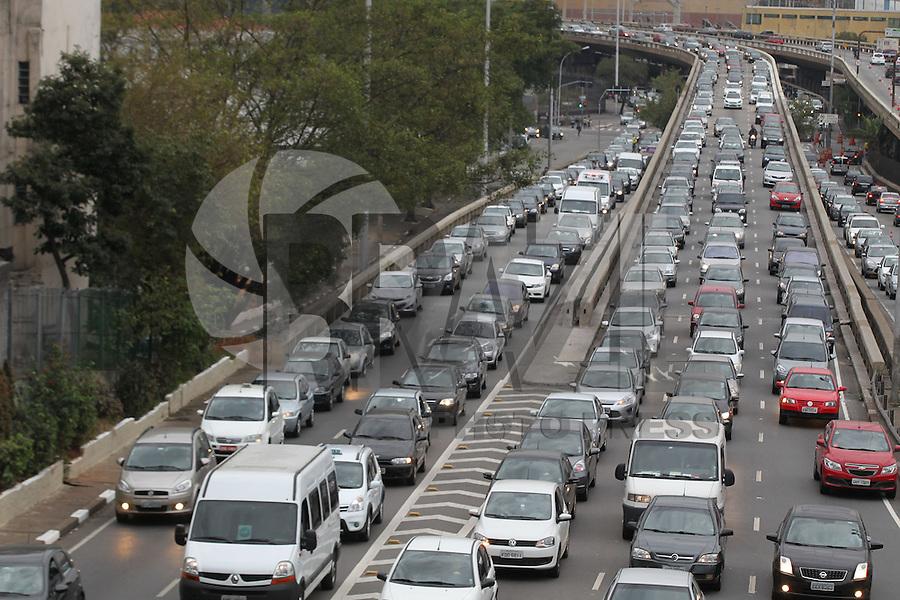 SAO PAULO, SP, 06/06/2014, TRANSITO. A ligacao Leste/Oeste na altura do bairro da Liberdade, apresenta transito intenso na manha desssa sexta-feira (6).  Luiz Guarnieri/Brazil Photo Press.