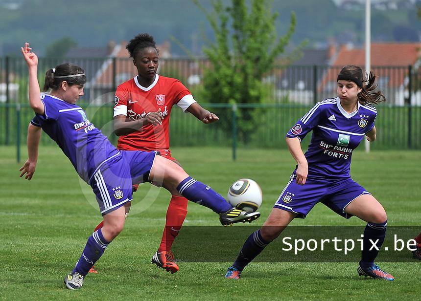 RSC Anderlecht Dames - FC Twente : Tashira Renfurm tussen Annelies Van Loock (links) en Laura De Neve (r).foto DAVID CATRY / Nikonpro.be