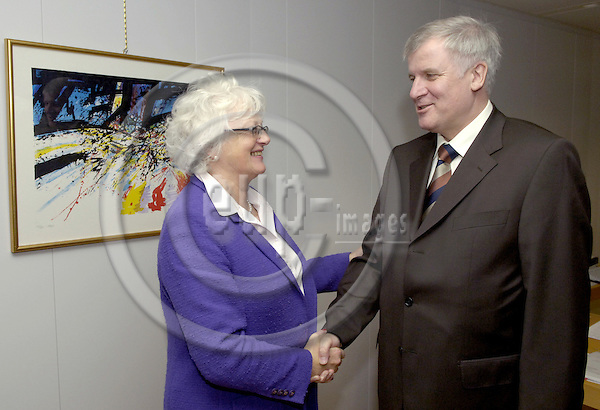 Brussels-Belgium - 28 November 2006---Mariann FISCHER BOEL (le), European Commissioner in charge of Agriculture and Rural Development, receives Horst SEEHOFER (ri), German Federal Minister for Food, Agriculture and Consumer Protection---Photo: Horst Wagner/eup-images