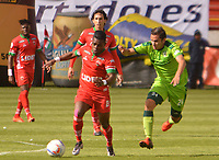 TUNJA -COLOMBIA, 26-08-2017: Carlos MOsquera (Izq) jugador de Patriotas FC disputa el balón con xxx (Der) jugador de La Equidad  durante partido por la fecha 10 de la Liga Águila II 2017 realizado en el estadio La Independencia en Tunja. / Carlos MOsquera (L) player of Patriotas FC fights for the ball with xx (R) player of La Equidad  during match for the date 10 of Aguila League II 2017 at La Independencia stadium in Tunja. Photo: VizzorImage / Jose Palencia / Cont